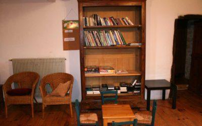 La bibliothèque au Hameau de La Gabertie avec ses jeux de société