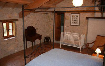 Grande chambre double avec lit à baldaquin en rez-de-chaussée