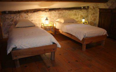 Chambre mezzanine au deuxième étage avec deux lits jumeaux