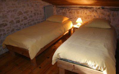 Chambre au deuxième étage avec deux lits jumeaux