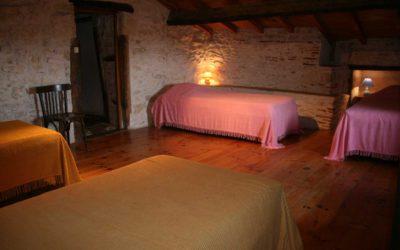 Chambre avec quatre lits simples