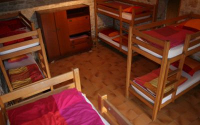 Dortoir de huit lits dans l'ancienne bergerie