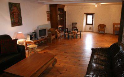 Le grand salon avec télévision, lecteur dvd, chaîne hifi, bande-dessinées, jeux de société...