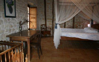 Grande chambre double en rez-de-chaussée avec lit à baldaquin