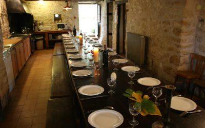 Table dressée dans la cuisine du Hameau du Manoir de La Gabertie