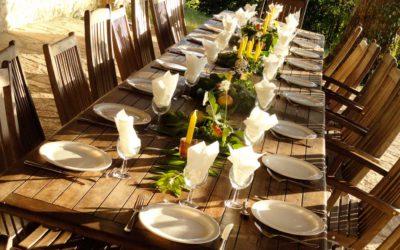 Table dressée sur la terrasse du Hameau du Manoir de La Gabertie
